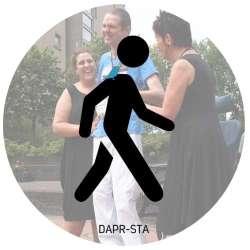 DAPR-sta is geschikt voor mensen die zelfstandig bewegen. Eventueel maak je gebruik van een rollator of wandelstok. Het vastpakken van een rits of dichtdoen van een knoop is lastig. In zo'n geval is het is het erg fijn als je met je broek-op-maat dankzij aanpassingen weer zelf kunt aankleden en je bijvoorbeeld zelf naar het toilet kunt.